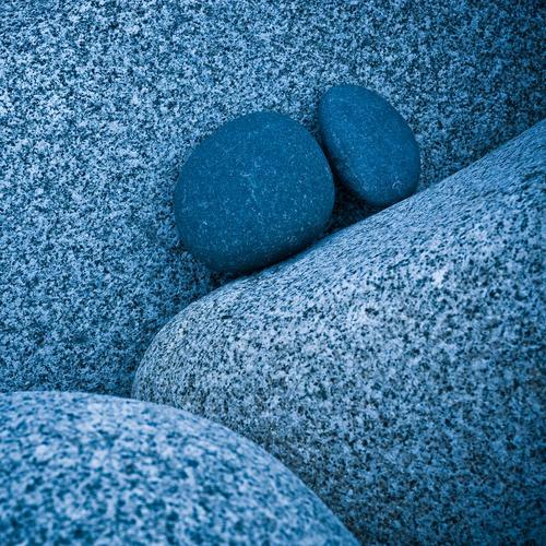 steine machen blau Felsen Granit Stein bizarr Farbe Kontakt stagnierend Zusammenhalt paarweise eng unzertrennlich fest Mitte aufwärts rund steinig Zusammensein