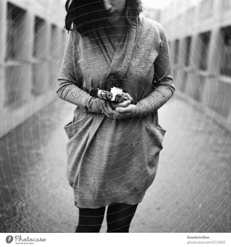 [ 200 ] Das Foto Mensch feminin Junge Frau Jugendliche Partner 1 18-30 Jahre Erwachsene Bekleidung Haare & Frisuren brünett Fotokamera atmen frieren warten