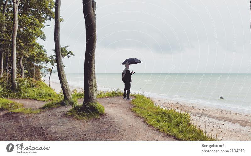 Ausblick mit Schirm Mensch Natur Ferien & Urlaub & Reisen Mann Sommer Sonne Meer Erholung Einsamkeit ruhig Ferne Strand Erwachsene Leben Freiheit Tourismus