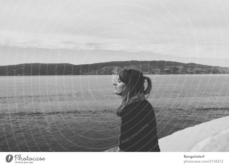 Alltagsflucht Mensch Frau Natur Ferien & Urlaub & Reisen Sommer Wasser Sonne Meer Erholung ruhig Berge u. Gebirge Erwachsene Religion & Glaube Leben Lifestyle