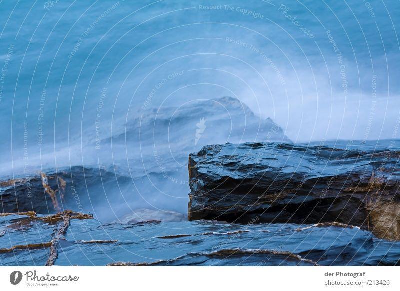 Nach mir die Sinnflut Wasser Wellen Küste Bucht Meer kalt nass Gischt Felsen Farbfoto Textfreiraum oben Textfreiraum unten Abend Langzeitbelichtung Menschenleer
