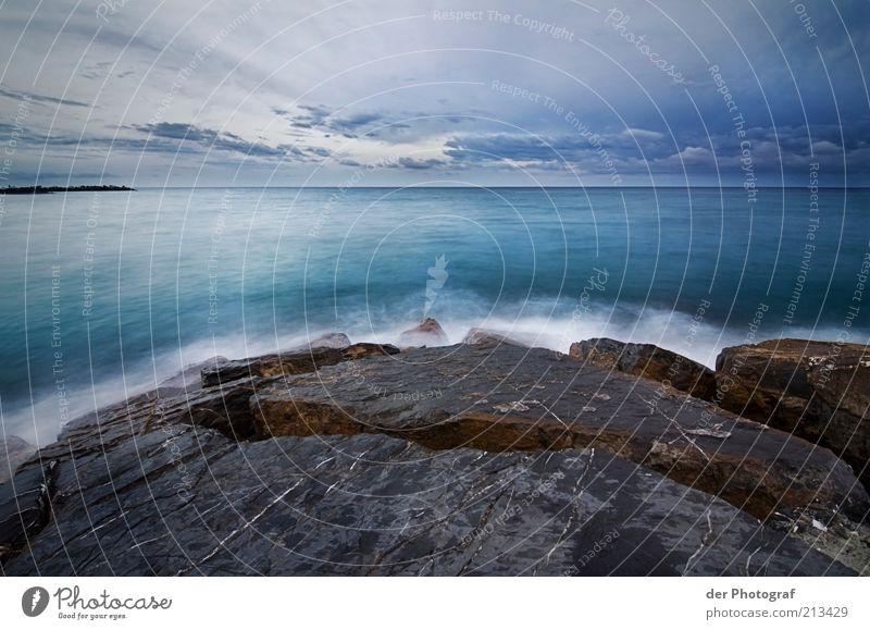 mit Weitblick Natur Wasser Meer Ferne kalt Stein Landschaft Küste Wellen nass Horizont Felsen Sehnsucht Textfreiraum Riff Wolkenhimmel