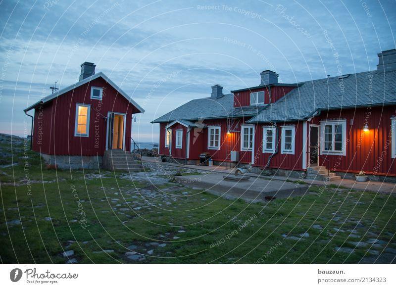 häuschen. Natur Erde Himmel Wetter Gras Insel Schweden Dorf Haus Hütte Bauwerk Gebäude Architektur Mauer Wand Fassade Fenster Dach leuchten schön rot Stimmung