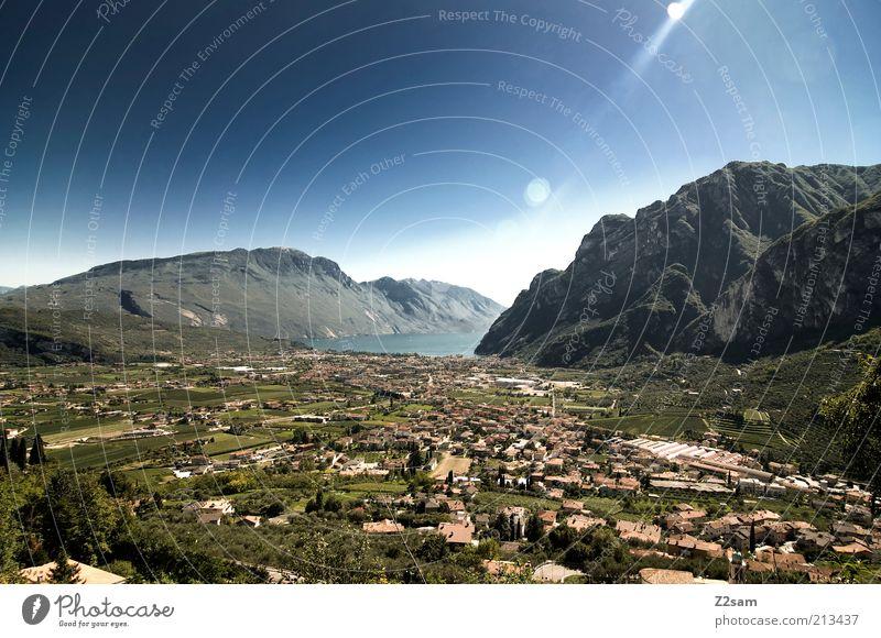 Lago di Garda Umwelt Natur Landschaft Wasser Wolkenloser Himmel Alpen Berge u. Gebirge Erholung genießen Ferien & Urlaub & Reisen ästhetisch Ferne gigantisch