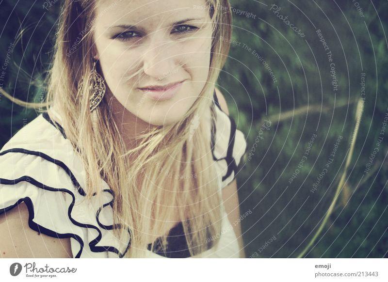 Zeit feminin Jugendliche 1 Mensch 18-30 Jahre Erwachsene Blick Haare & Frisuren Wind blond Gesicht schön Haarsträhne Lächeln Farbfoto Außenaufnahme