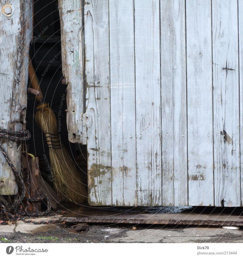 Besen geparkt Bauwerk Gebäude Lagerschuppen Tür Holz Eingang Eingangstor Zugang dreckig dunkel einfach blau grau vernachlässigen ruhig stagnierend Stimmung