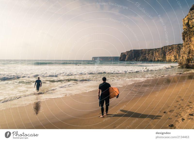 Zwei Surfer an einem Strand in Portugal Lifestyle sportlich Leben Schwimmen & Baden Ferien & Urlaub & Reisen Freiheit Sonne Meer Wellen Surfschule Surfen