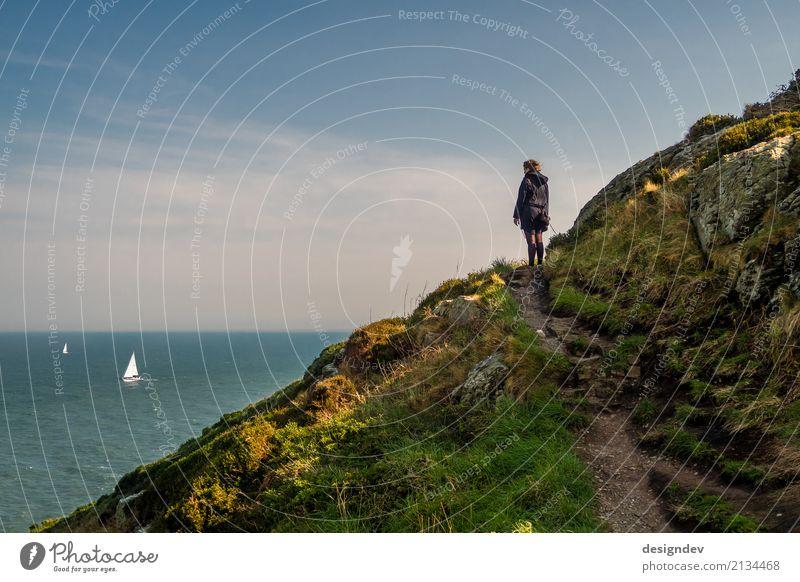Junge Frau schaut einsam auf das Meer mit Segelbooten Mensch Natur Ferien & Urlaub & Reisen Jugendliche Pflanze Wasser Landschaft Erholung Einsamkeit Ferne