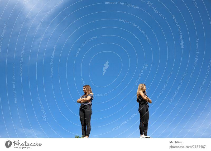 Haltungsnote 10 feminin Geschwister 2 Mensch 18-30 Jahre Jugendliche Erwachsene Wolkenloser Himmel Schönes Wetter Mode langhaarig beobachten stehen Enttäuschung