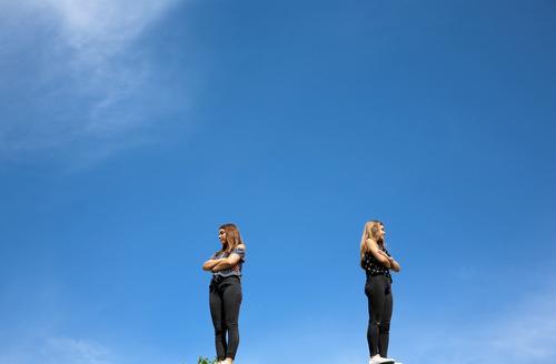 Haltungsnote 10 Mensch Jugendliche 18-30 Jahre Erwachsene feminin Mode Freundschaft stehen Schönes Wetter beobachten Körperhaltung Wut Wolkenloser Himmel