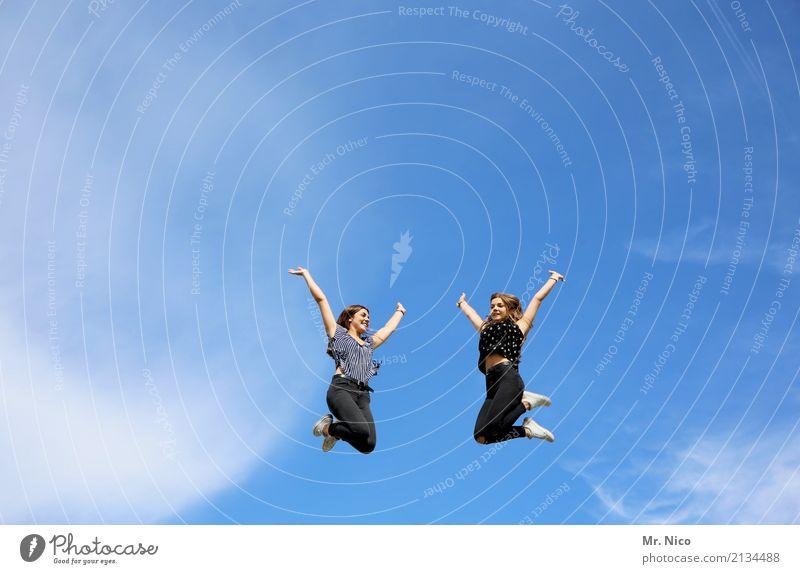Haltungsnote 9,5 Mensch Himmel Jugendliche Freude 18-30 Jahre Erwachsene Lifestyle Bewegung feminin Glück Freiheit Freizeit & Hobby springen Fröhlichkeit