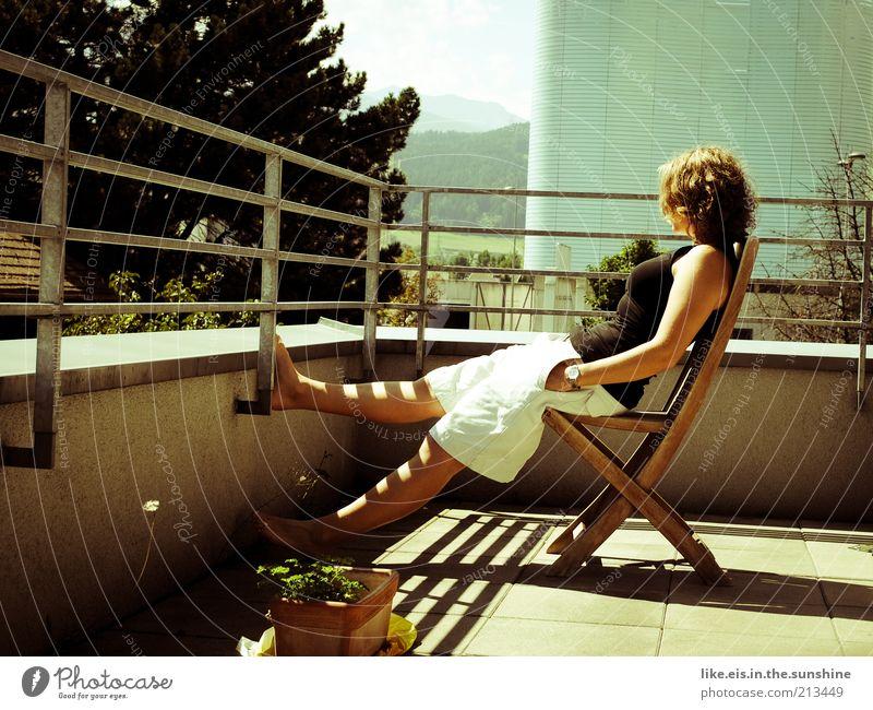 Endlich Wochenende!!! Zufriedenheit Erholung ruhig Stuhl Balkon Balkonpflanze feminin Junge Frau Jugendliche Erwachsene Leben 1 Mensch 18-30 Jahre Baum