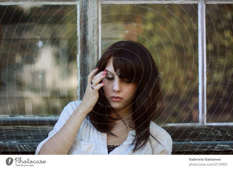 Herbst. Mensch Jugendliche schön alt feminin Fenster Kopf Denken Stimmung berühren brünett langhaarig Frau Bluse Junge Frau Blick nach unten