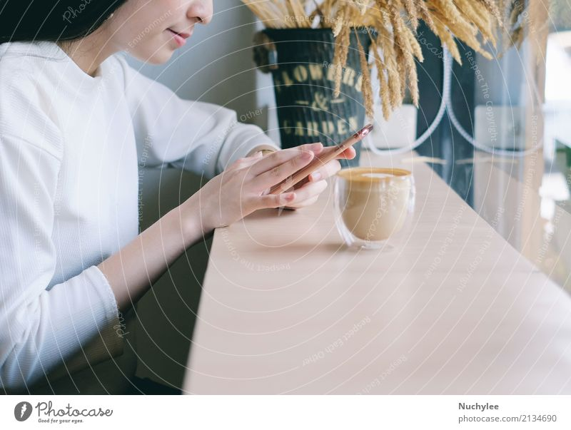 Junge Frau, die Smartphone im Café verwendet Kaffee Lifestyle Stil Glück Erholung Freizeit & Hobby PDA Technik & Technologie Internet Erwachsene Hand Mode