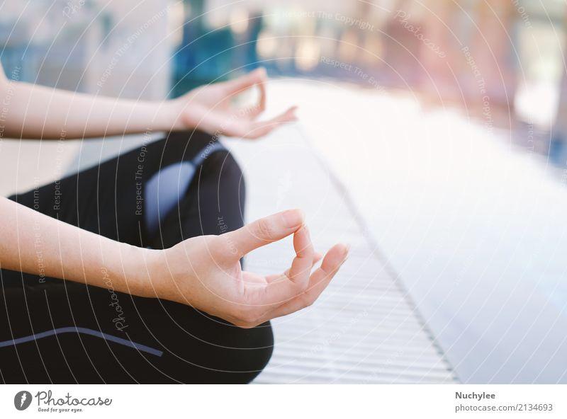 Frau Hand Erholung Erwachsene Lifestyle Gesundheitswesen Textfreiraum Freizeit & Hobby sitzen Aktion Finger Energie Wellness Körperhaltung Schwimmbad Meditation