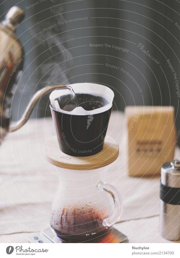 Handtropfkaffee, Gießen von Wasser auf Kaffeepulver mit Filtertropfen frisch Tisch Koffein arabica Aroma aromatisch Kunstgewerbler Hintergrund Getränk Pause
