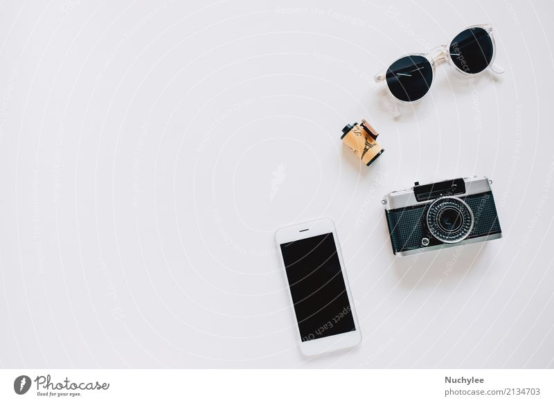 Creative Flat lay mit Kamera, Sonnenbrille und Smartphone Lifestyle Stil Design Freude Ferien & Urlaub & Reisen Sommer Dekoration & Verzierung Telefon Handy PDA
