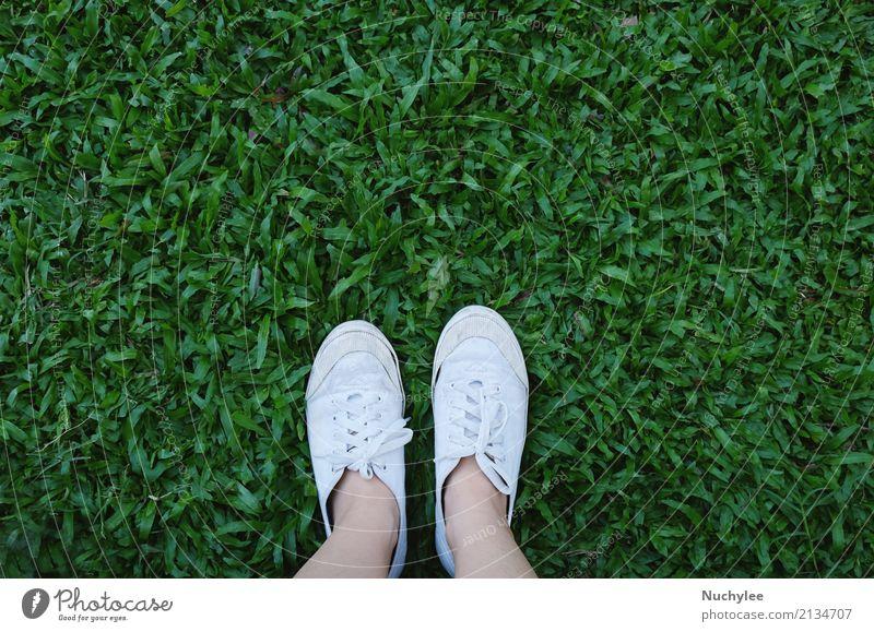 Selfie von Füßen in den Turnschuhschuhen auf Gras Mensch Natur Ferien & Urlaub & Reisen Sommer grün weiß Lifestyle Frühling Wiese Stil Freiheit Fuß Mode oben
