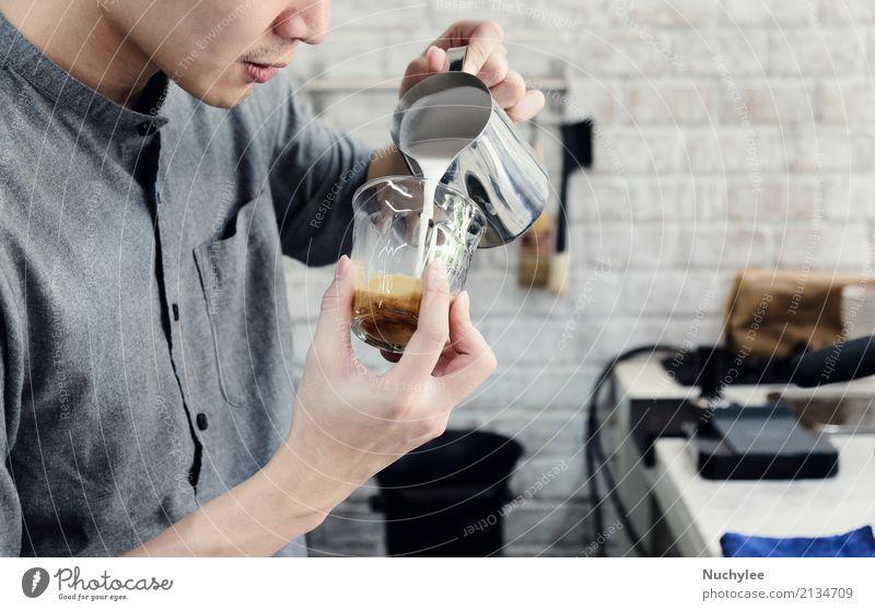 Hipster Barista gießt Milch für die Zubereitung von Cappuccino oder Milchkaffee im Café rustikal Cocktail Getränk gutaussehend Beruf jung männlich Kunst