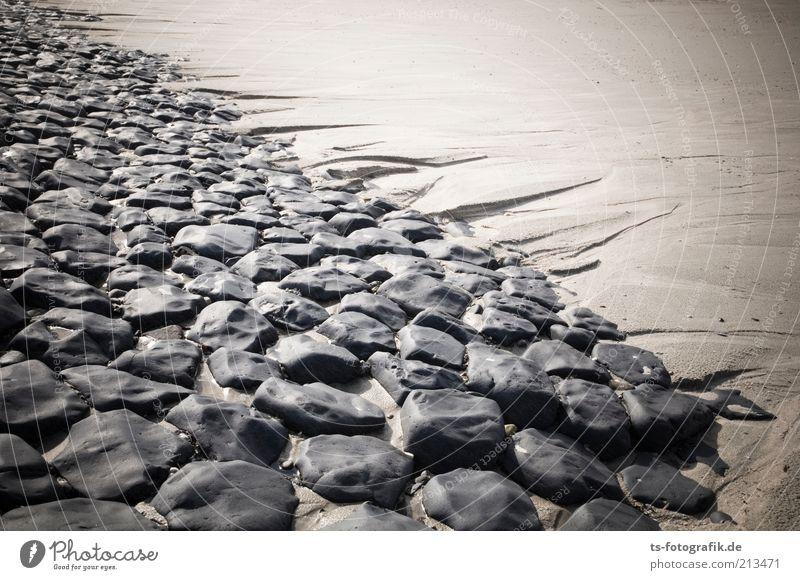 Steinreich Natur Sommer Strand Ferien & Urlaub & Reisen schwarz dunkel Stein Wege & Pfade Sand Linie braun Küste Sicherheit Insel Schutz natürlich