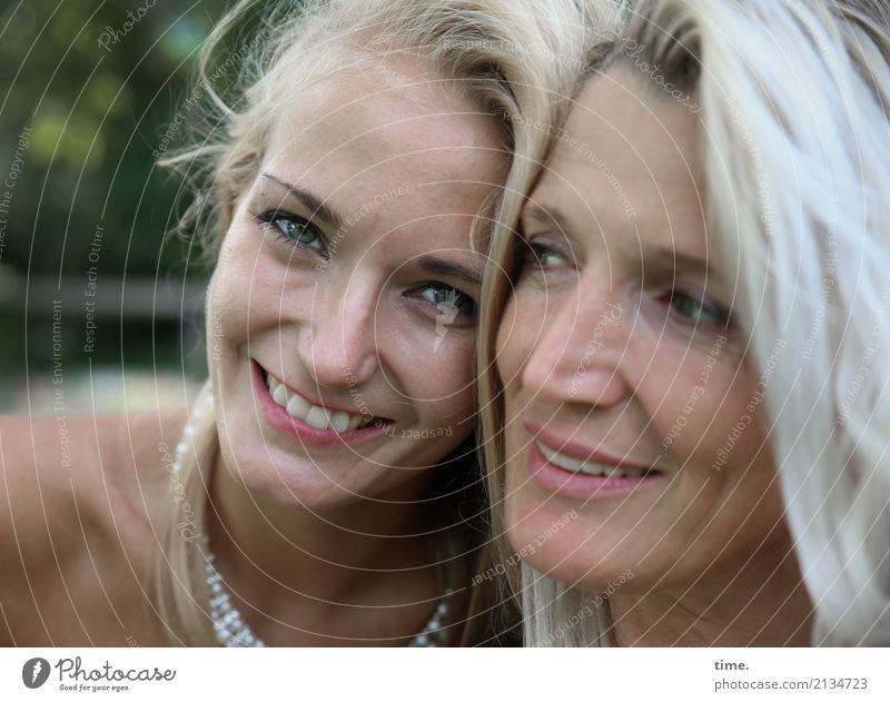 Elisa und Fadila feminin Frau Erwachsene 2 Mensch Sommer Park Schmuck blond langhaarig beobachten Erholung Lächeln lachen Blick schön Freude Zufriedenheit
