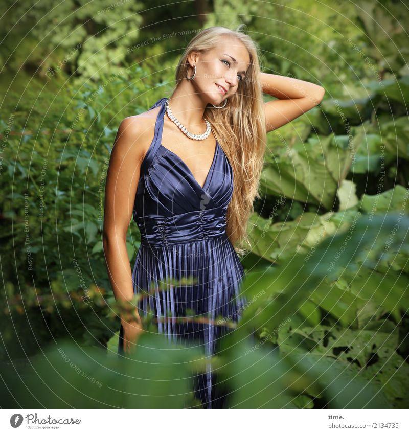 . Mensch Frau Pflanze Sommer schön Erholung Erwachsene feminin Zufriedenheit Park blond stehen Lächeln Schönes Wetter warten Lebensfreude