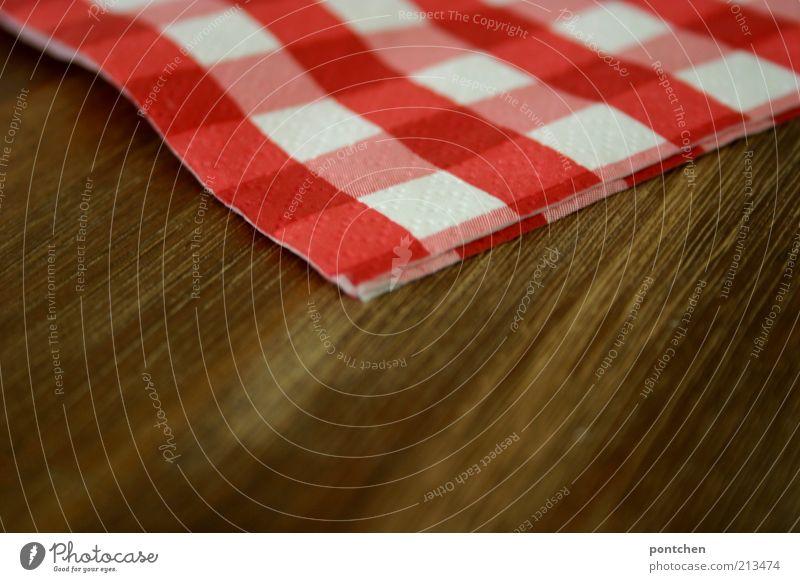 Pommes rot-weiß weiß rot Stil Holz braun Ecke Kitsch Dekoration & Verzierung Häusliches Leben gemütlich kariert Maserung Textfreiraum links Serviette Tischdekoration Holzuntergrund
