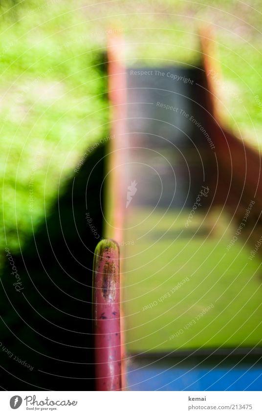 Gemeine Rutsche Freizeit & Hobby Spielen Spielplatz rutschen Sommer Schönes Wetter Wärme Geländer Einstieg Blech glänzend rot abwärts Farbfoto Gedeckte Farben