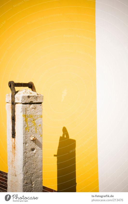 Yellowpress Architektur Mauer Wand Fassade Steinwand Rost alt historisch trocken gelb weiß Vergangenheit Stele Schatten Graffiti Sommer Farbfoto Außenaufnahme
