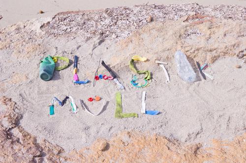 Plastikmüll Meer Strand Umwelt Küste Sand dreckig Schriftzeichen Kunststoff Müll Wort Umweltschutz Text Verpackung Umweltverschmutzung Kunststoffverpackung