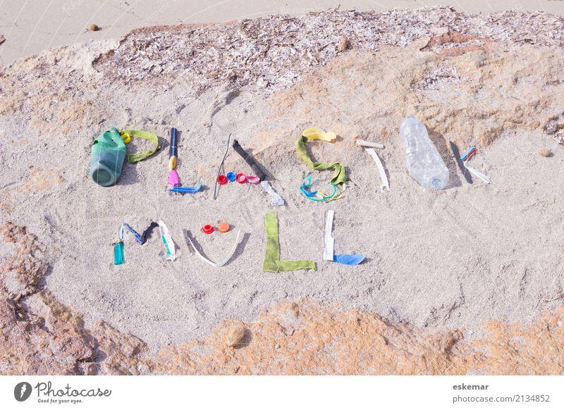 Plastikmüll Strand Meer Umwelt Sand Sonnenlicht Küste Verpackung Kunststoffverpackung Müll Kunststoffmüll Plastiktüte Schriftzeichen Text dreckig