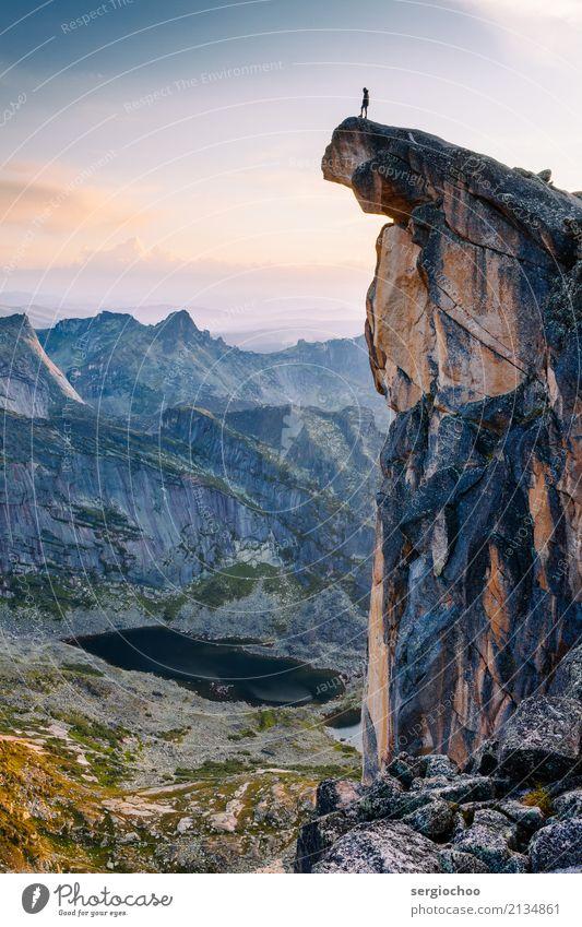 Am Rande der Welt Mensch Ferien & Urlaub & Reisen Landschaft Erholung Einsamkeit ruhig Ferne Berge u. Gebirge Freiheit Tourismus See Felsen Angst Ausflug