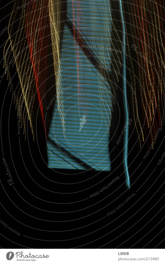 Treppe mit Geländer und Vorhang Himmel blau rot schwarz dunkel Linie gold steigen aufsteigen Lichtspiel gestreift himmlisch steigend Lichteffekt