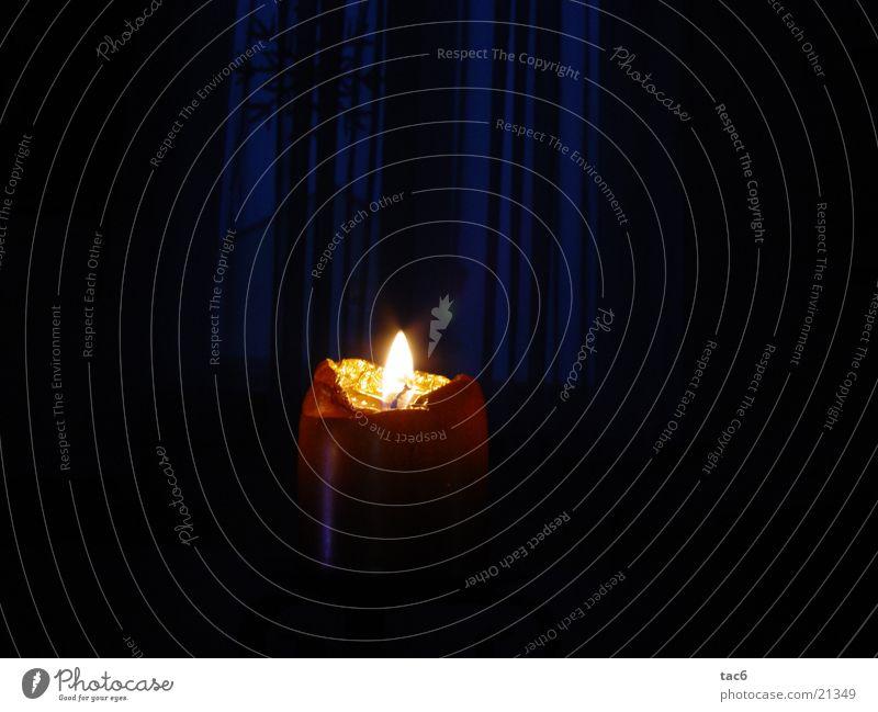 Kerze am Abend Licht Wachs dunkel Fenster Weichzeichner Dinge gold Brand Nahaufnahme
