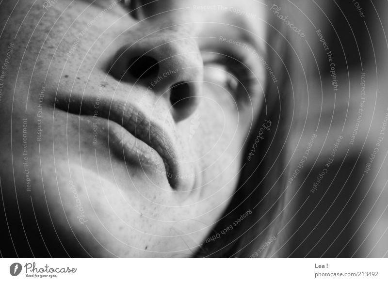 Kopfkino Mensch Jugendliche schön Gesicht feminin Denken Mund Nase Fröhlichkeit Lächeln Lebensfreude Sommersprossen Freude Erfahrung Schwarzweißfoto