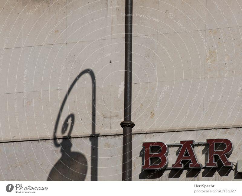 bar Italien Stadtzentrum Mauer Wand Fassade Schriftzeichen braun rot Leuchtreklame Leuchtbuchstabe Straßenbeleuchtung Laternenpfahl Schattenspiel Farbfoto