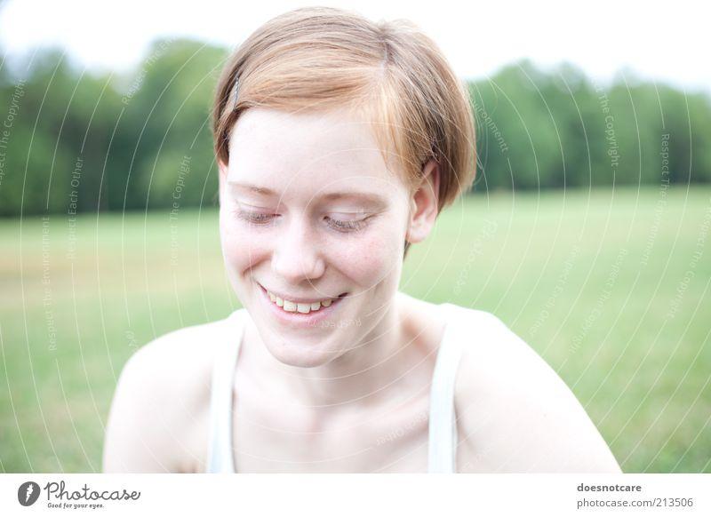 sonrisa. Mensch feminin Junge Frau Jugendliche 1 18-30 Jahre Erwachsene Lächeln sympathisch Freundlichkeit Lebensfreude rothaarig geschlossene Augen Farbfoto