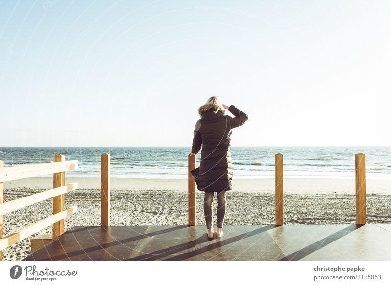 Nordseeausblick Mensch Frau Himmel Meer Ferne Strand Erwachsene Frühling Küste Wellen Schönes Wetter Wolkenloser Himmel Jacke Mantel