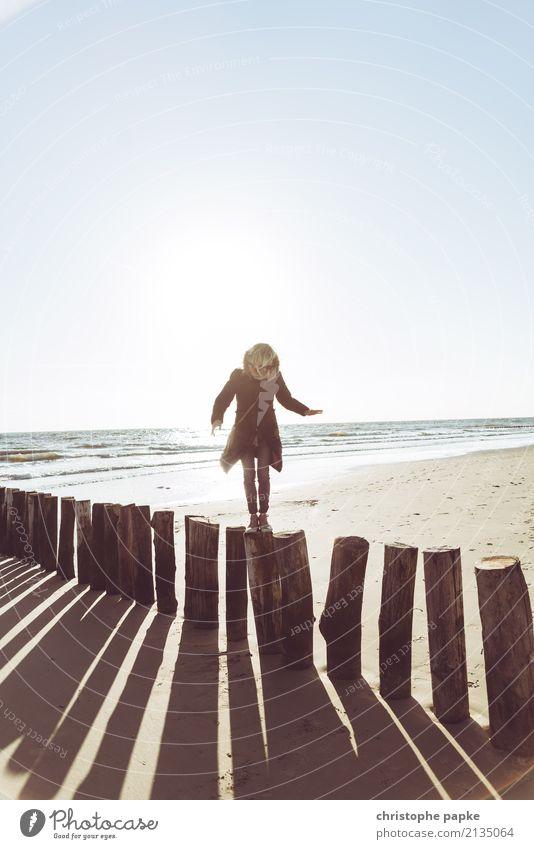 In Balance Ferien & Urlaub & Reisen Strand Meer Frau Erwachsene 1 Mensch 30-45 Jahre Nordsee Holzpfahl Schatten Horizont Jacke Farbfoto Außenaufnahme
