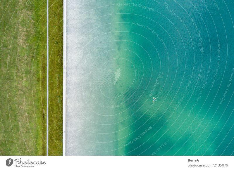 Einsamer Schwimmer in einem See aus der Luft Schwimmen & Baden Freizeit & Hobby Ferien & Urlaub & Reisen Tourismus Ausflug Sommer Sommerurlaub Sonne Sonnenbad