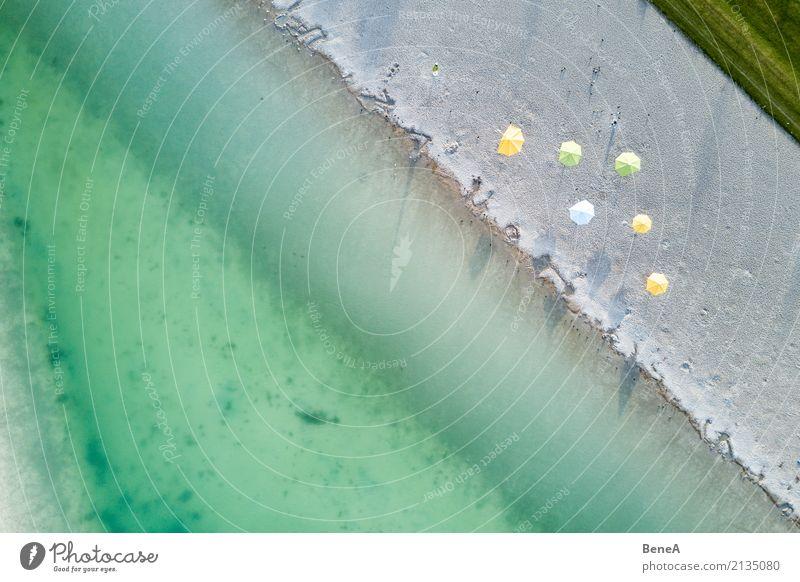 Strand und Sonnenschirme an einem See aus der Luft Freude Erholung Ferien & Urlaub & Reisen Tourismus Ausflug Sommer Sommerurlaub Sonnenbad Meer Wellen