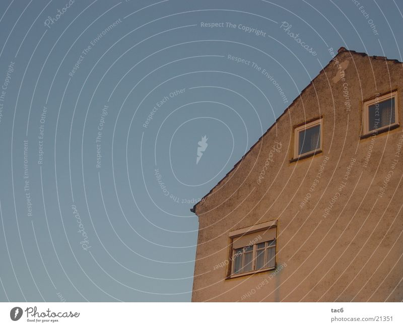 alte Hüte alt Himmel blau Haus Wand Fenster dreckig Dinge verfallen schäbig