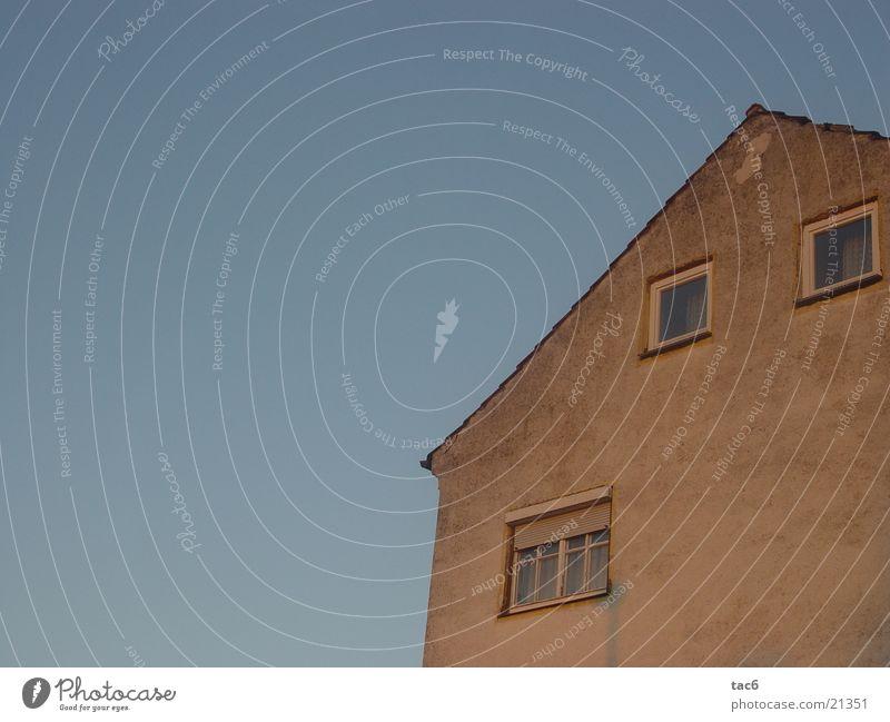 alte Hüte Haus Fenster Wand dreckig verfallen Dinge Gebüude Gibel Himmel blau schäbig Abend