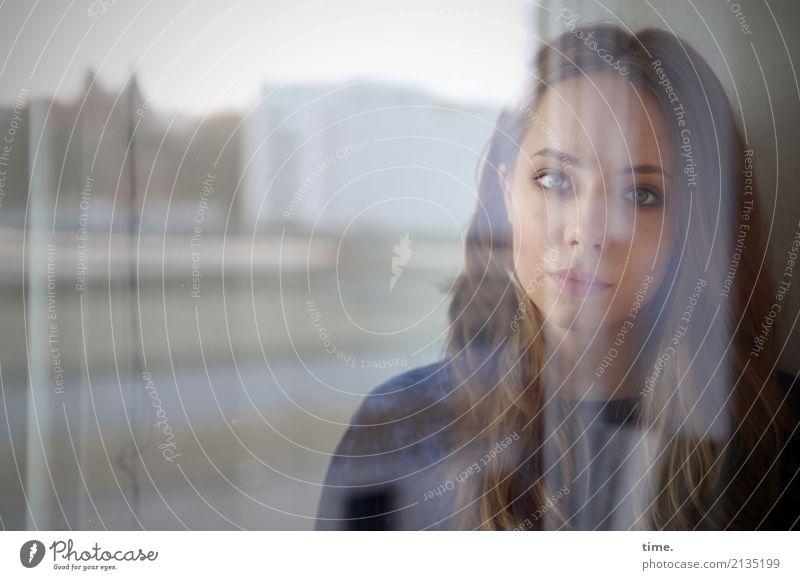 . Mensch Frau schön Haus Fenster dunkel Erwachsene feminin Zeit Denken blond Perspektive warten beobachten Neugier Sicherheit