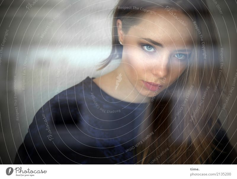 . Raum feminin Frau Erwachsene 1 Mensch Fenster Pullover blond langhaarig beobachten Denken Blick warten ästhetisch dunkel schön selbstbewußt Coolness