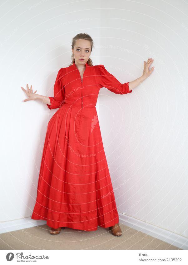 . Mensch Frau schön Erwachsene feminin Raum blond Schuhe stehen Perspektive beobachten Coolness Neugier Sicherheit festhalten Kleid