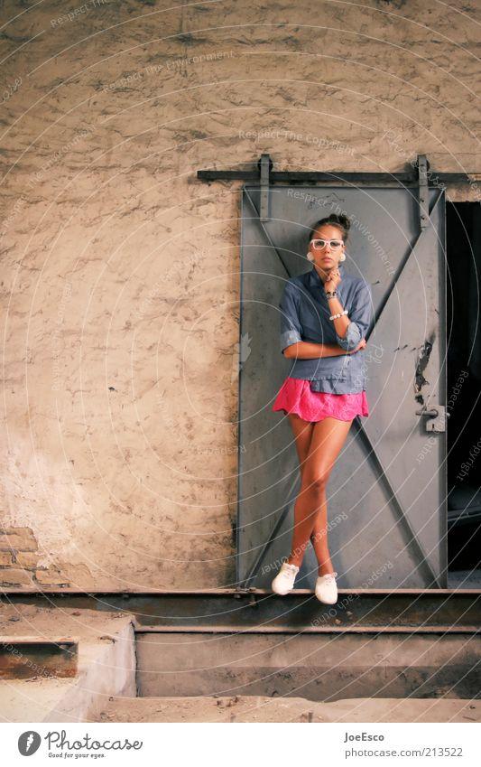#213522 Lifestyle Stil schön Keller Junge Frau Jugendliche Erwachsene Leben Mensch Ruine Tür Mode Hemd Kleid Accessoire Brille Schuhe stehen träumen warten