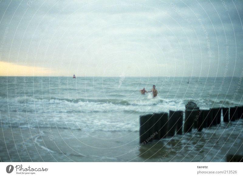 Neujahrsschwimmer Mensch Strand Ferne kalt Wellen Wind Horizont Schwimmen & Baden wild maskulin Nordsee Erinnerung trüb Buhne Vignettierung Meerwasser
