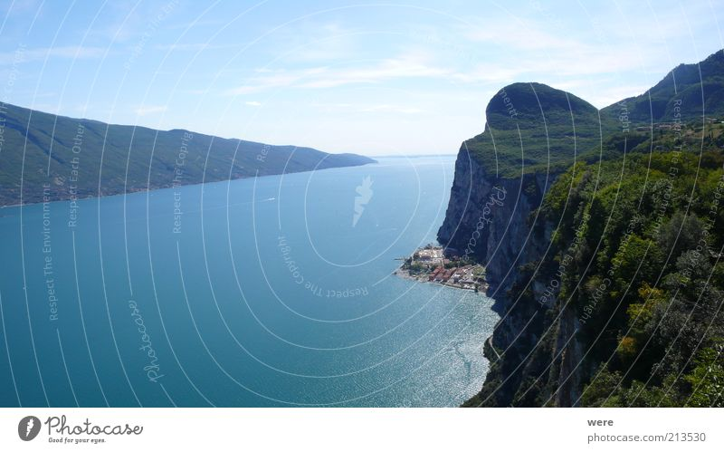 Gardasee Natur Wasser grün blau Sommer ruhig Erholung Berge u. Gebirge Glück Landschaft Erde Küste Umwelt Reisefotografie Seeufer Schönes Wetter