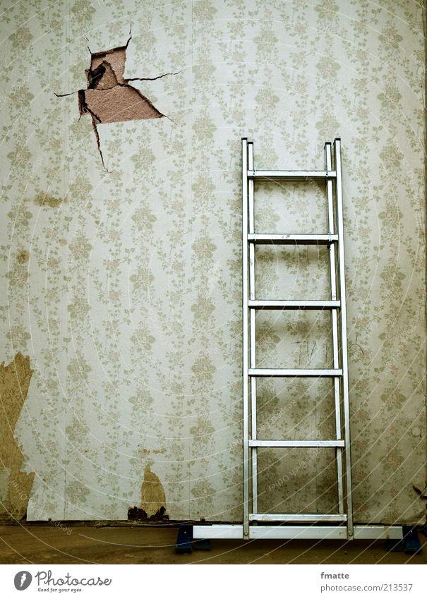 leiter Tapete Baustelle Handwerk Leiter Mauer Wand Zeichen alt Häusliches Leben Altbau Sanieren Loch Farbfoto Gedeckte Farben Innenaufnahme Menschenleer